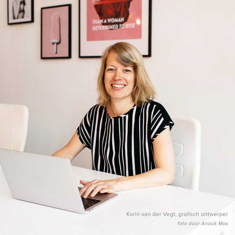 Karin van der Vegt met laptop op kantoor