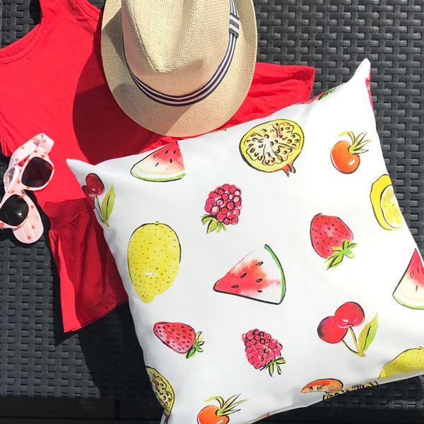 Stof met fruit op zomers kussen